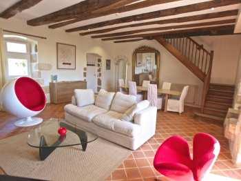 Salon vu depuis la cheminée du gîte Acacia en Dordogne Périgord